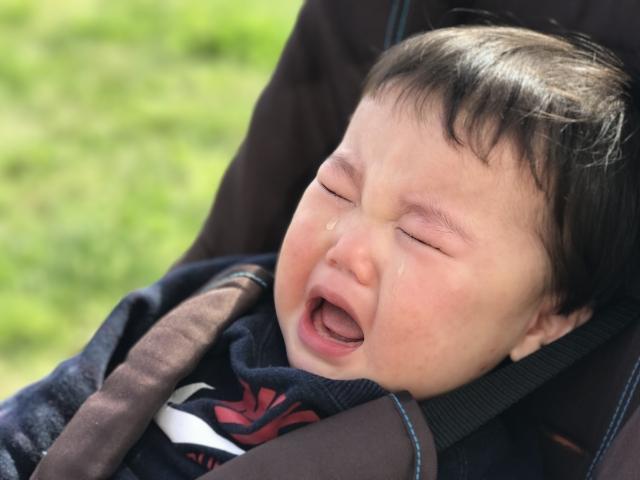 チャイルドシートで泣く子